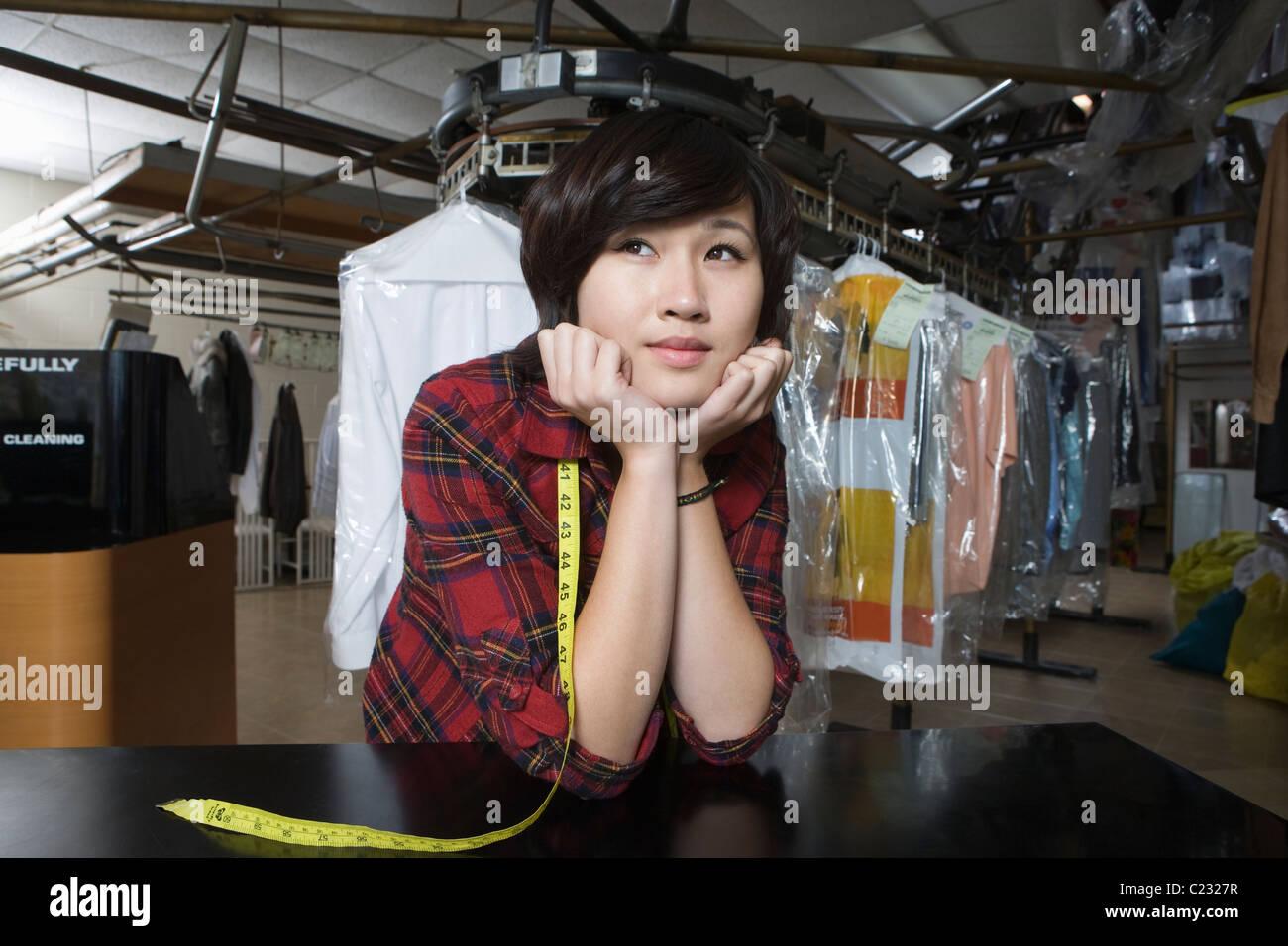 Donna che lavorano in lavanderia a gettoni Immagini Stock