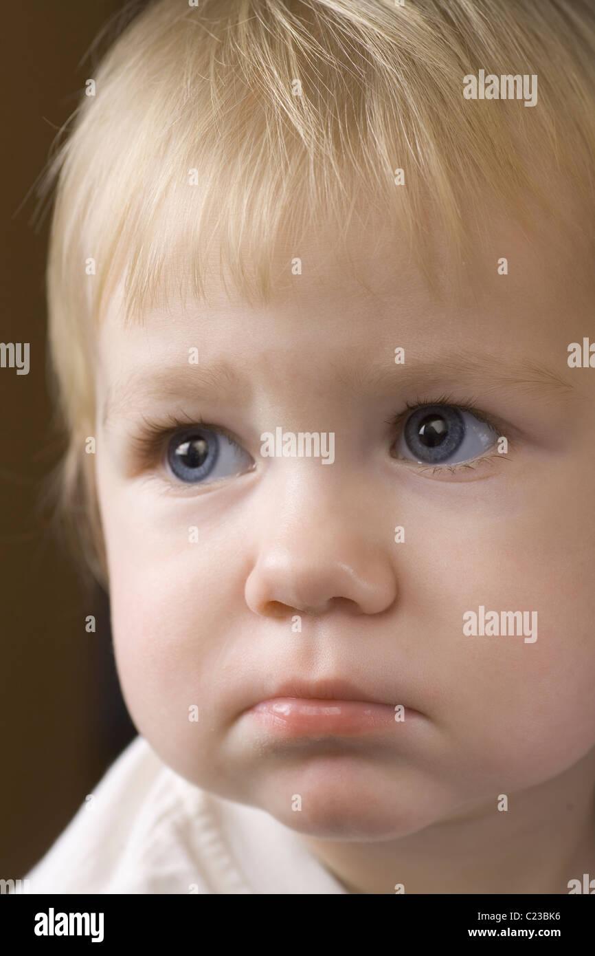 Blonde 14 mese vecchio con abbattuto l'espressione Immagini Stock