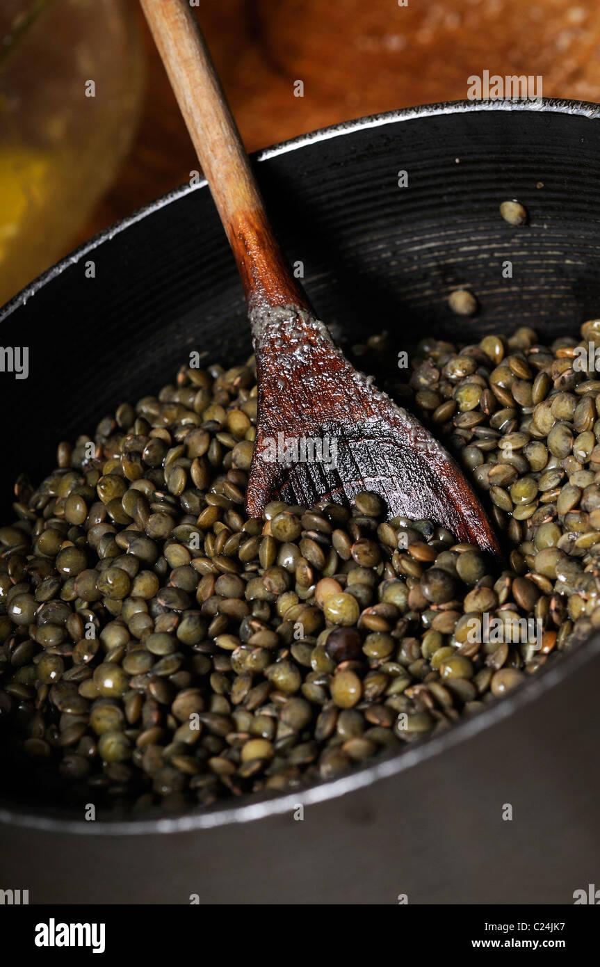 Foto di stock di lenticchie verdi in una padella. Immagini Stock