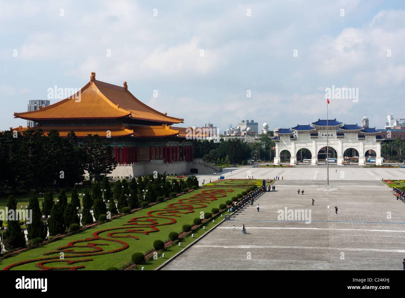 (L-R) il Teatro Nazionale e la Piazza della Libertà (anche Piazza della Libertà) grand storico con gate Immagini Stock