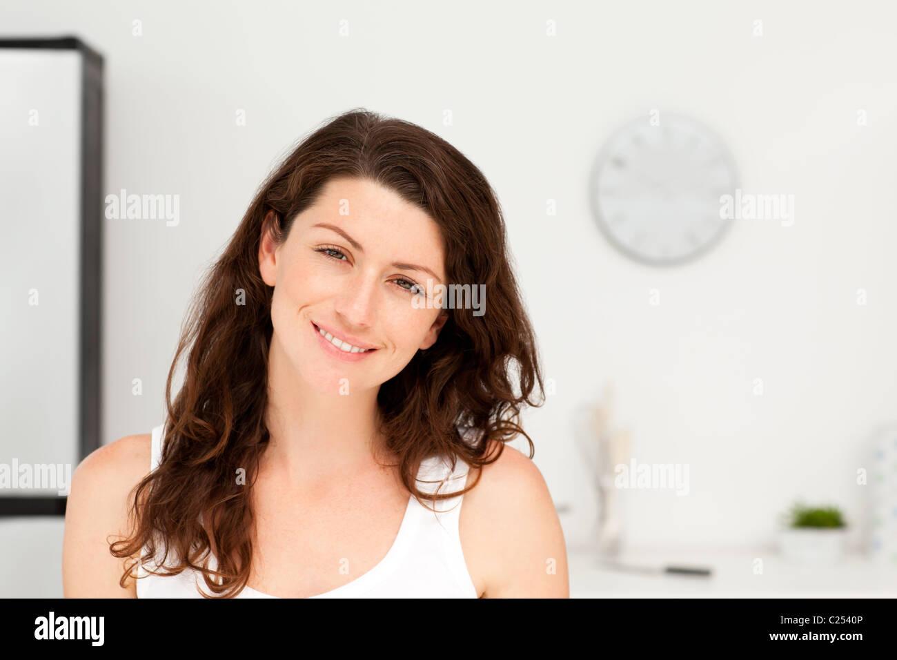 Ritratto di una donna radiante in pigiama nella sua cucina Immagini Stock