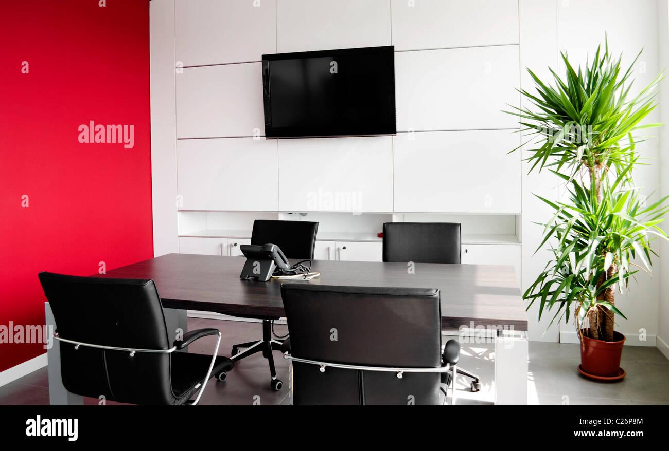 Interni ufficio edificio con mobili e una parete rossa Immagini Stock