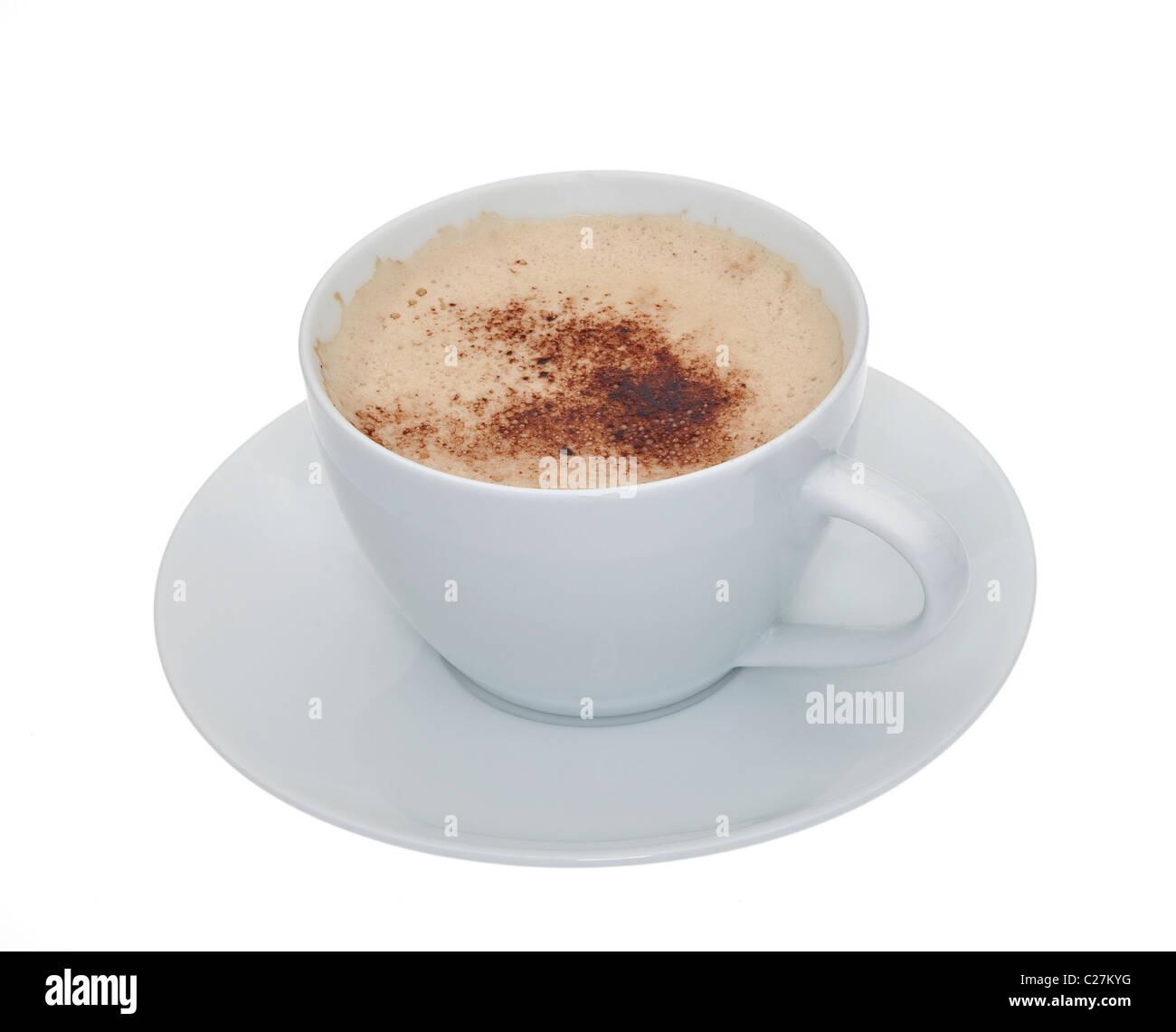 Una tazza di caffè schiumato in una tazza bianca con piattino isolata contro uno sfondo bianco Immagini Stock