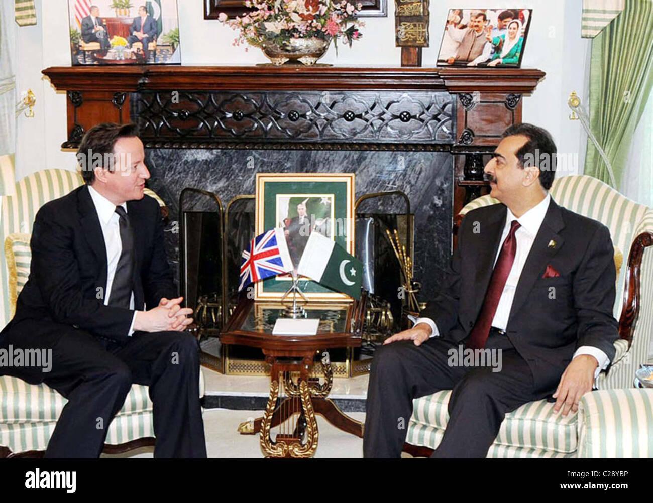 Il primo ministro, Syed Yousuf Raza Gilani scambi di opinioni con il suo omologo britannico David Cameron durante la riunione a casa di PM Foto Stock