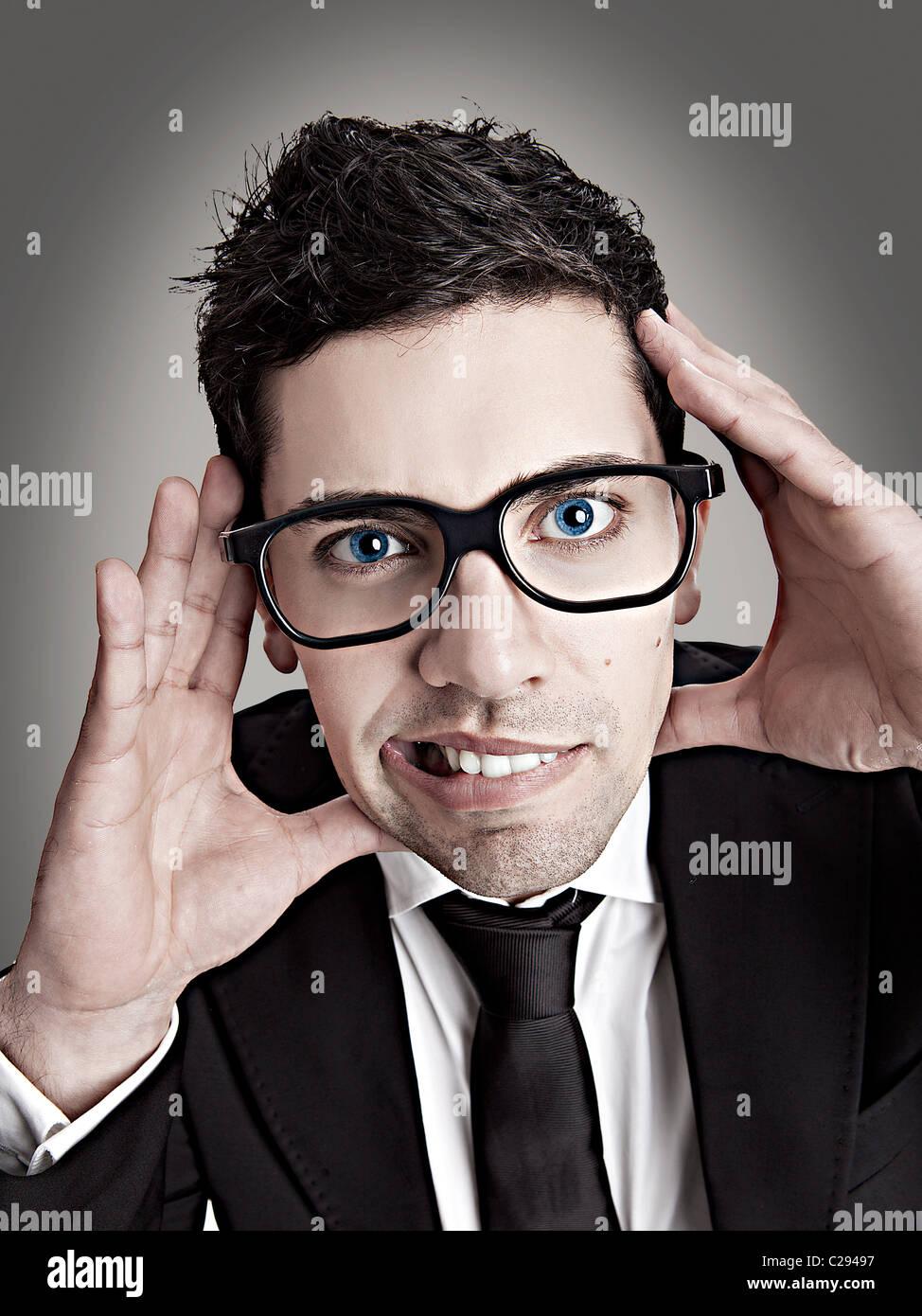 Divertente ritratto di una giovane imprenditore con un nerd occhiali  Immagini Stock dd3cc9f7c844