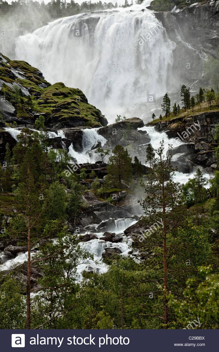 Una cascata in prossimità di una small Sami villaggio di pescatori in Norvegia. Immagini Stock