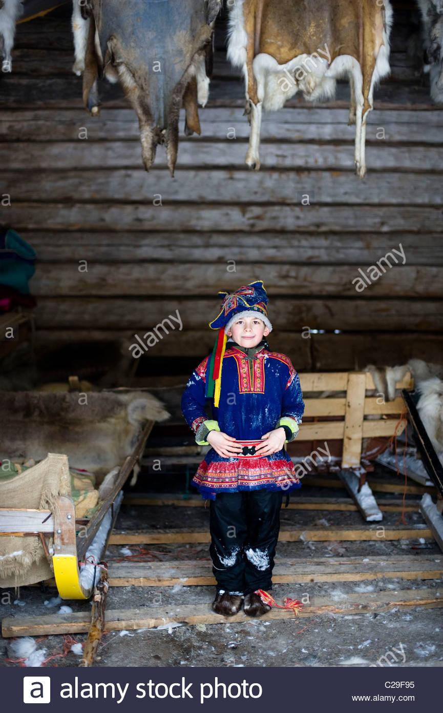 Jouna, un ragazzo di Sami, e vecchio fienile su Sami la fattoria di renne. Immagini Stock