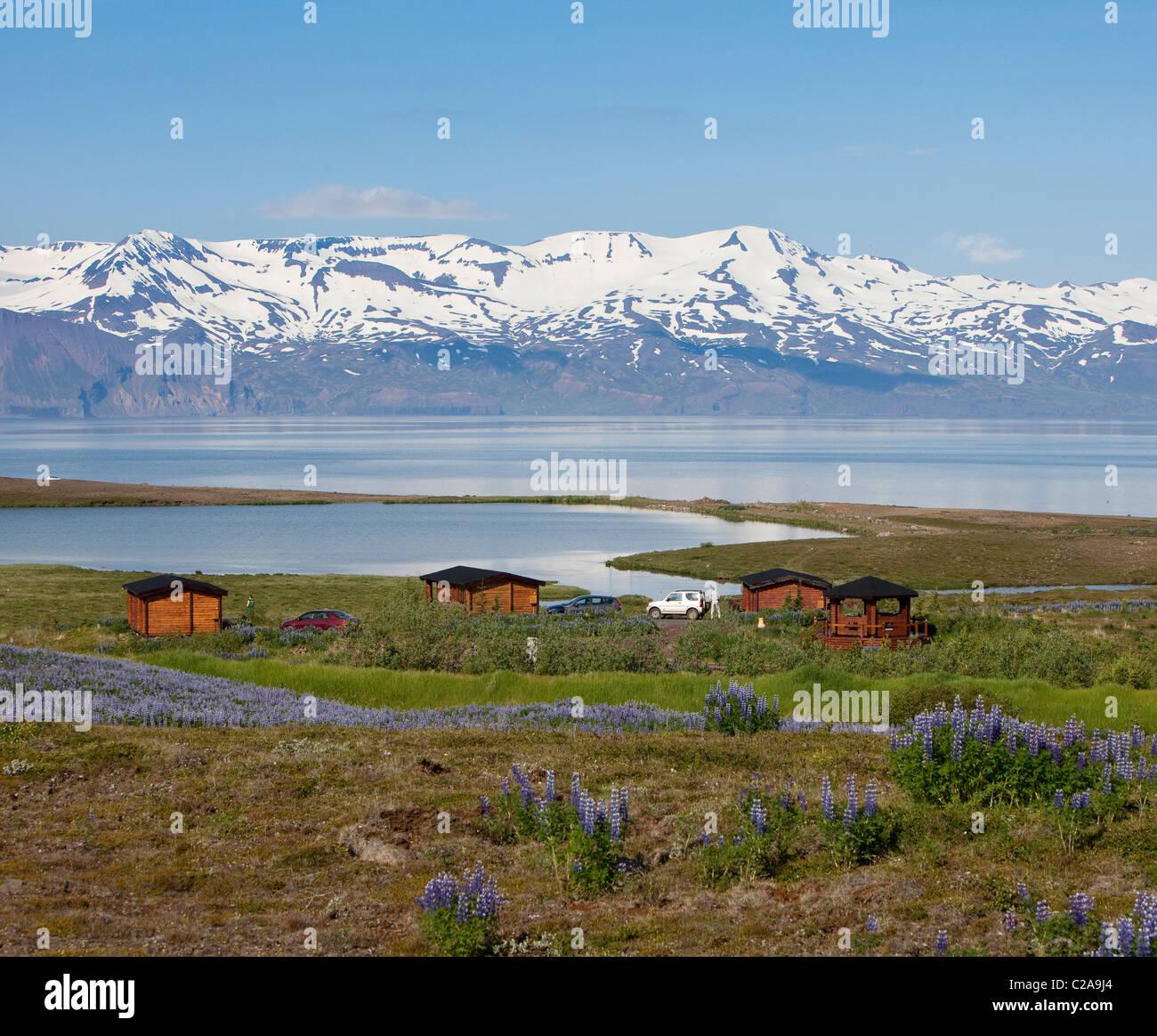 Casa estiva con vista sul mare e sulle montagne, Skjalfandi bay, penisola di Tjornes, Islanda Immagini Stock