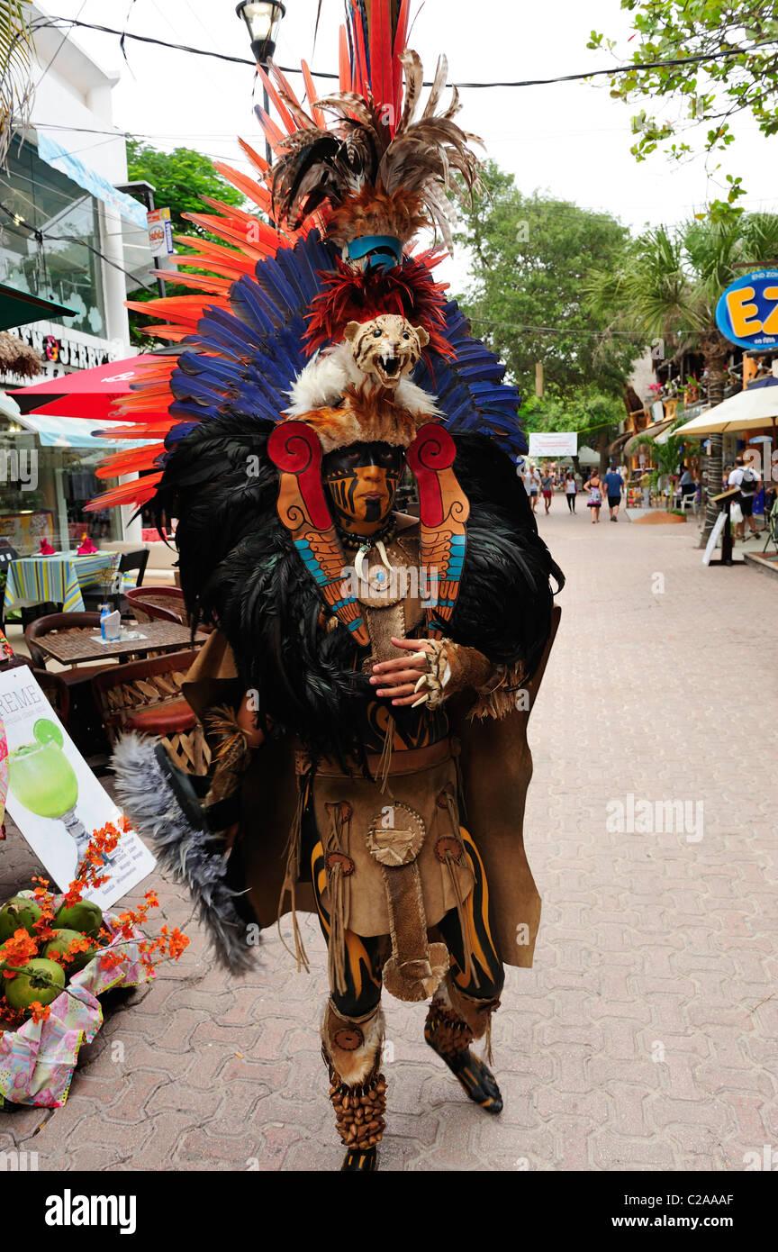 L\u0027uomo indossando il tradizionale costume Maya in Playa del Carmen, Quintana  Roo, Messico