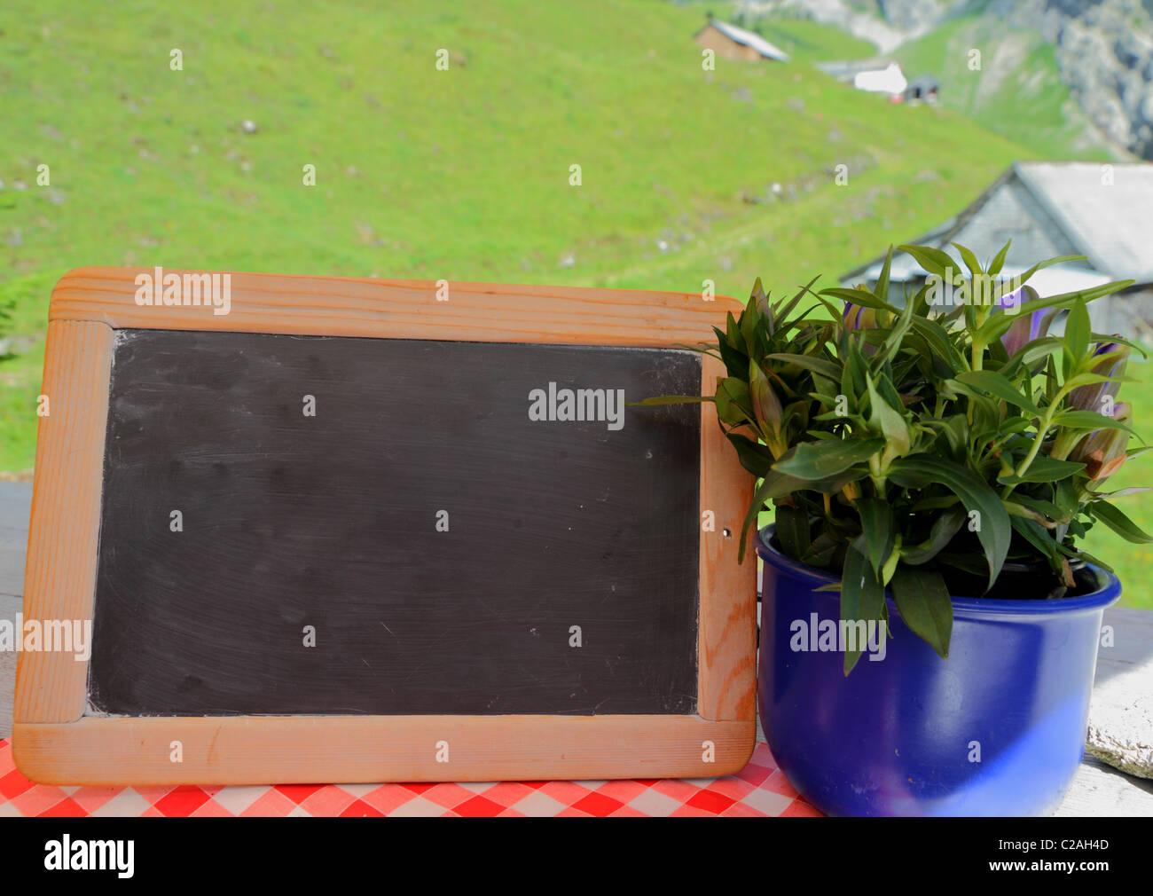 Chalk board in montagna, concept per il rustico o,naturale sano,all'aperto, o messaggio di natura,offerta o Immagini Stock