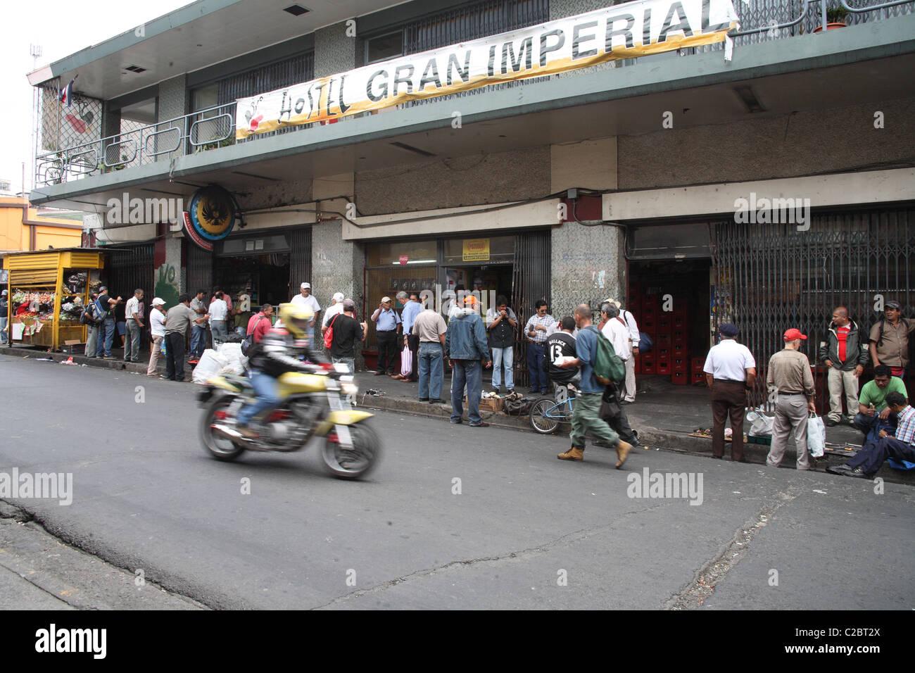Costa Rica gli uomini in attesa di un lavoro su una strada a San Jose. Immagini Stock