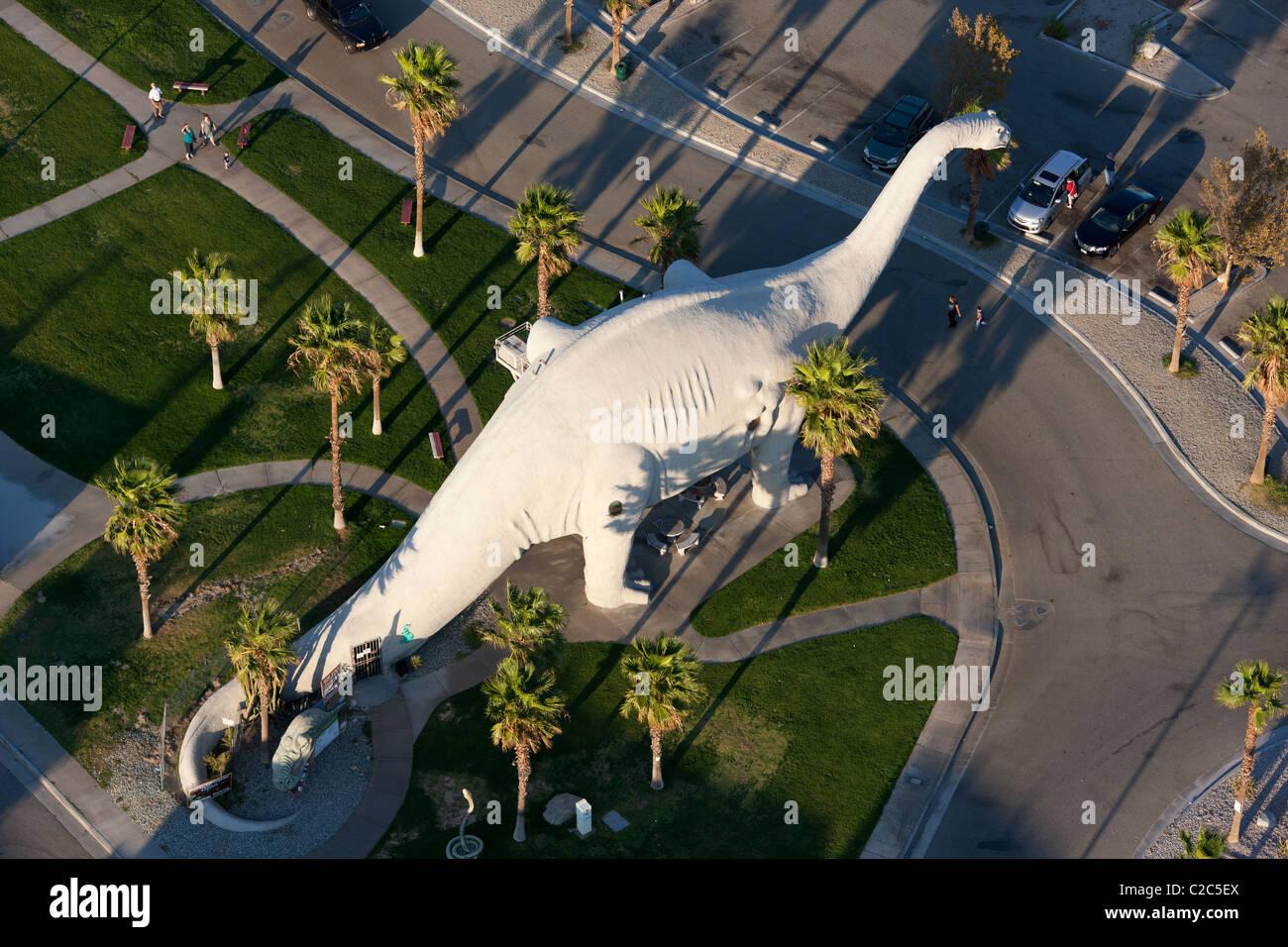 BRONTOSAUR - Attrazione stradale & Dinosaur Museum (vista aerea). A fianco della Interstate 10. Cabazon, California, Immagini Stock
