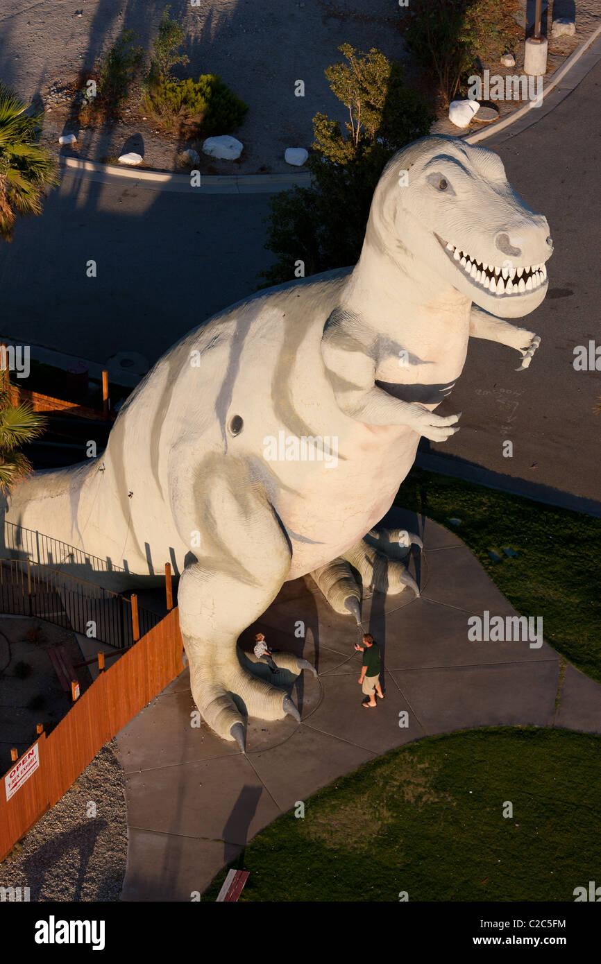 TYRANNOSAUR - Attrazione stradale & Dinosaur Museum (vista aerea). A fianco della Interstate 10. Cabazon, California, Immagini Stock