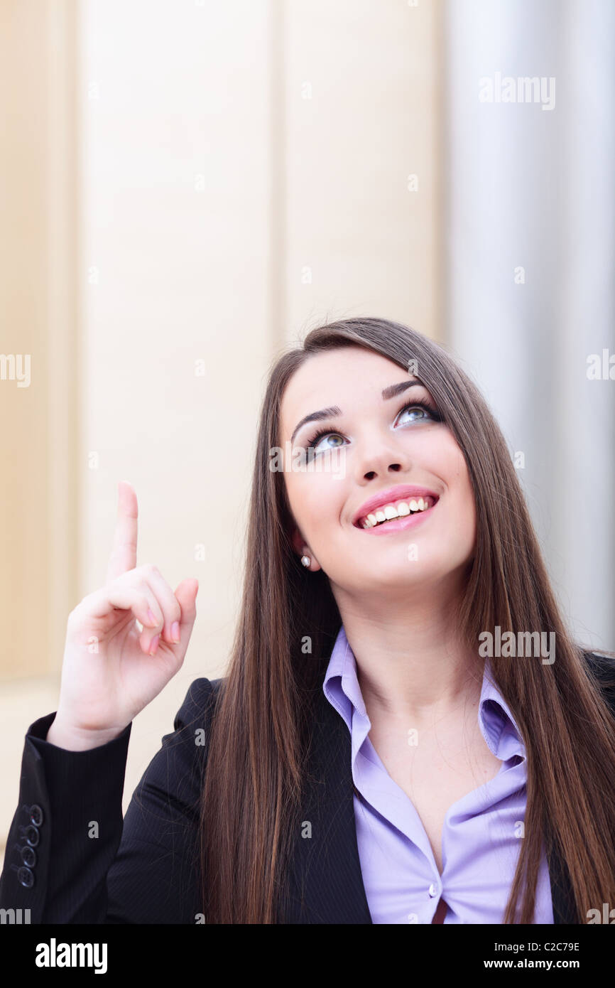 Ritratto di giovane donna d'affari rivolta verso l'alto a copyspace Immagini Stock