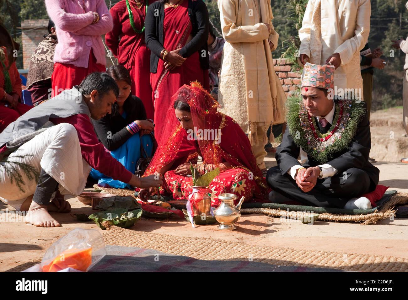 Matrimonio In Nepal : Lo sposo e la sposa durante un matrimonio induista. kathmandu nepal