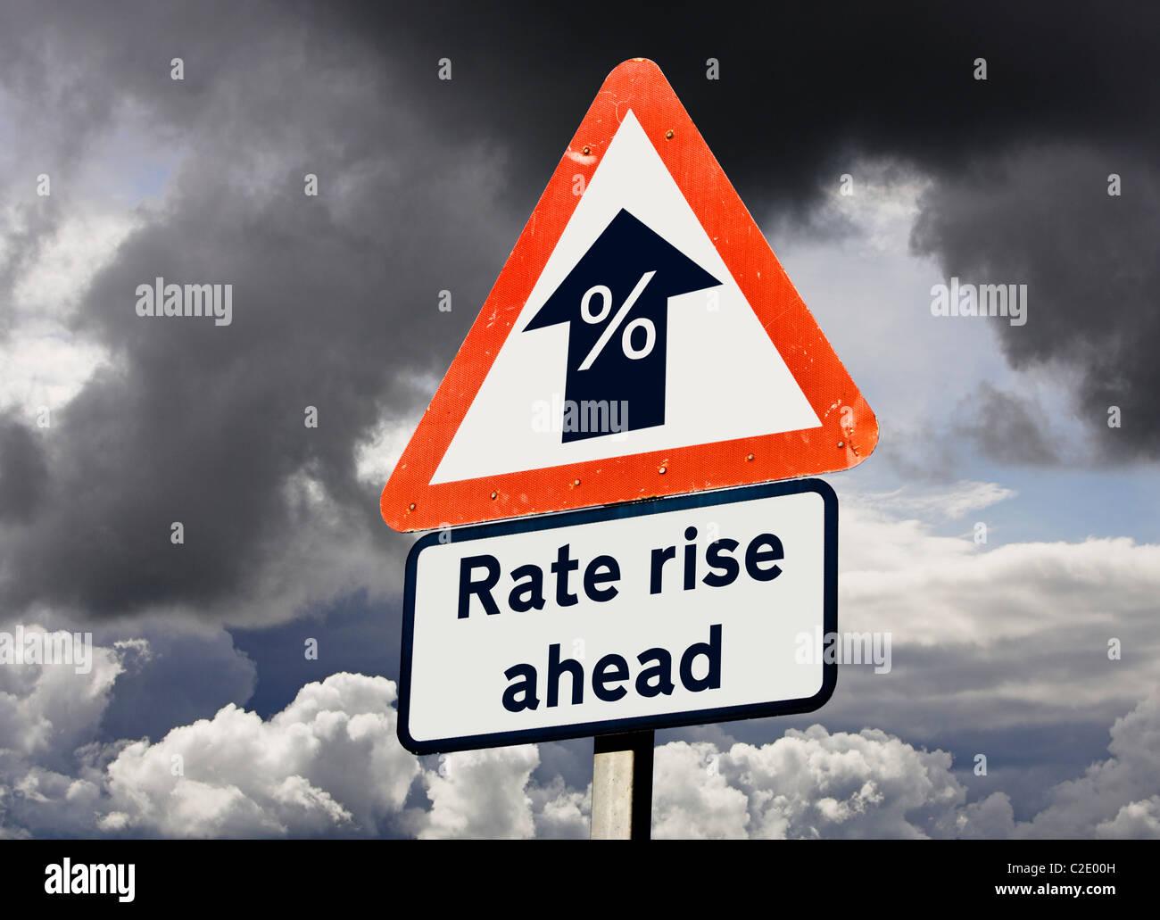 Concetto finanziario di avvertimento del tasso d'interesse salire davanti - futuro segno, England Regno Unito Immagini Stock