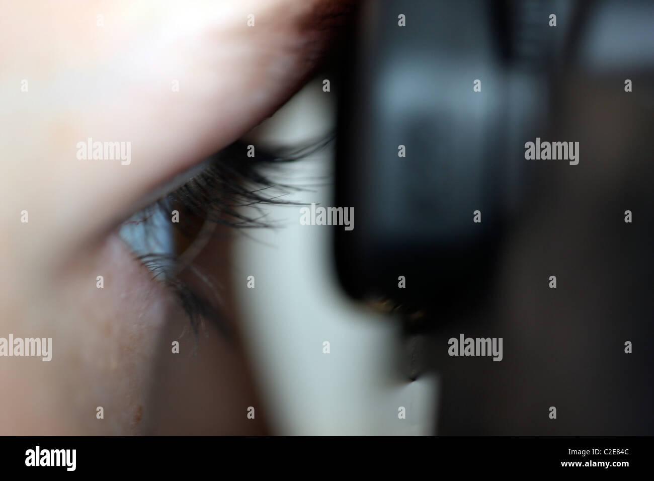 Persona, femmina, guarda attraverso il mirino di una fotocamera reflex digitale. Immagini Stock