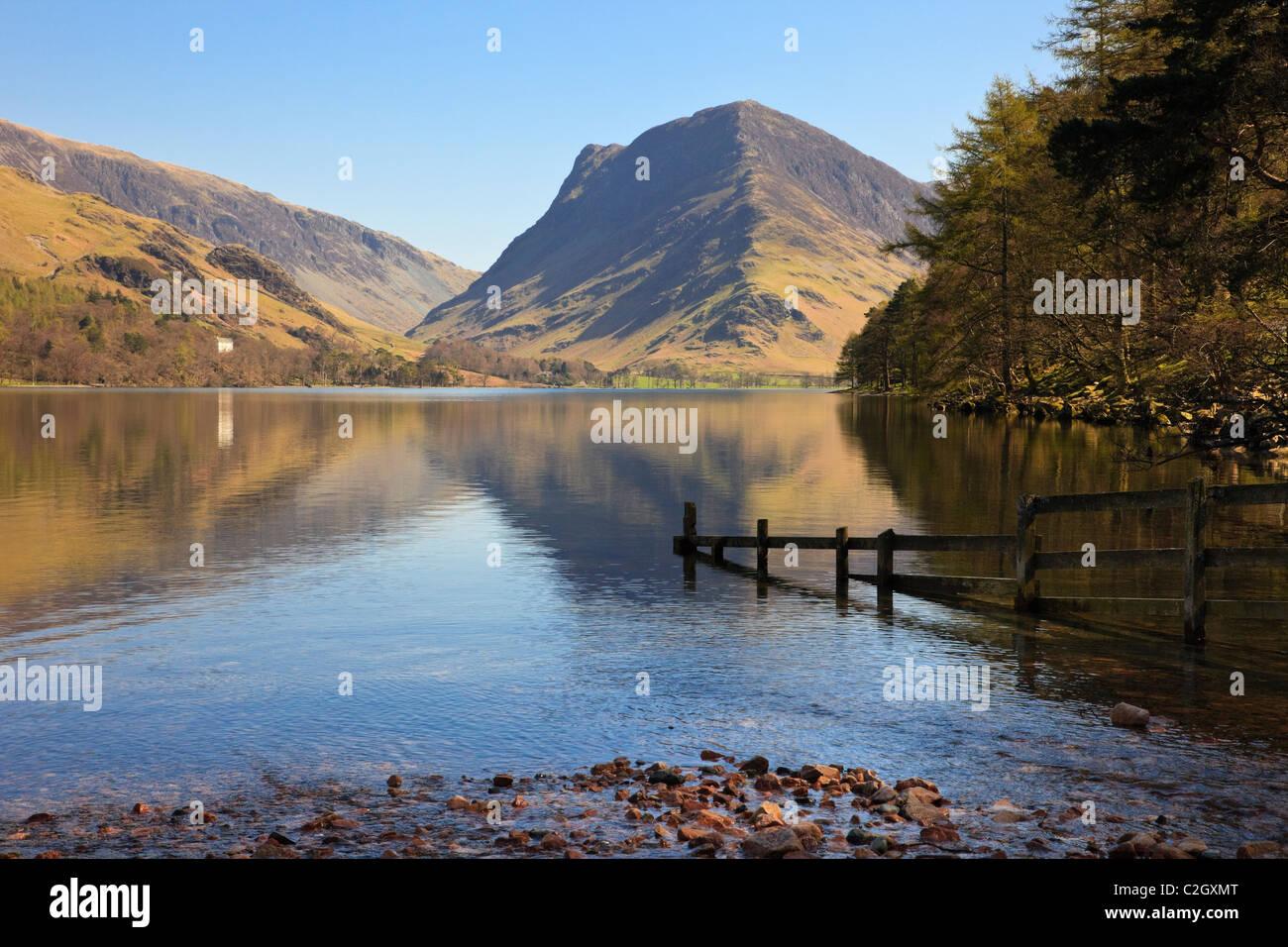 Vista panoramica di luccio Fleetwith mountain riflessa nel lago Buttermere in inglese il Parco Nazionale del Distretto Foto Stock