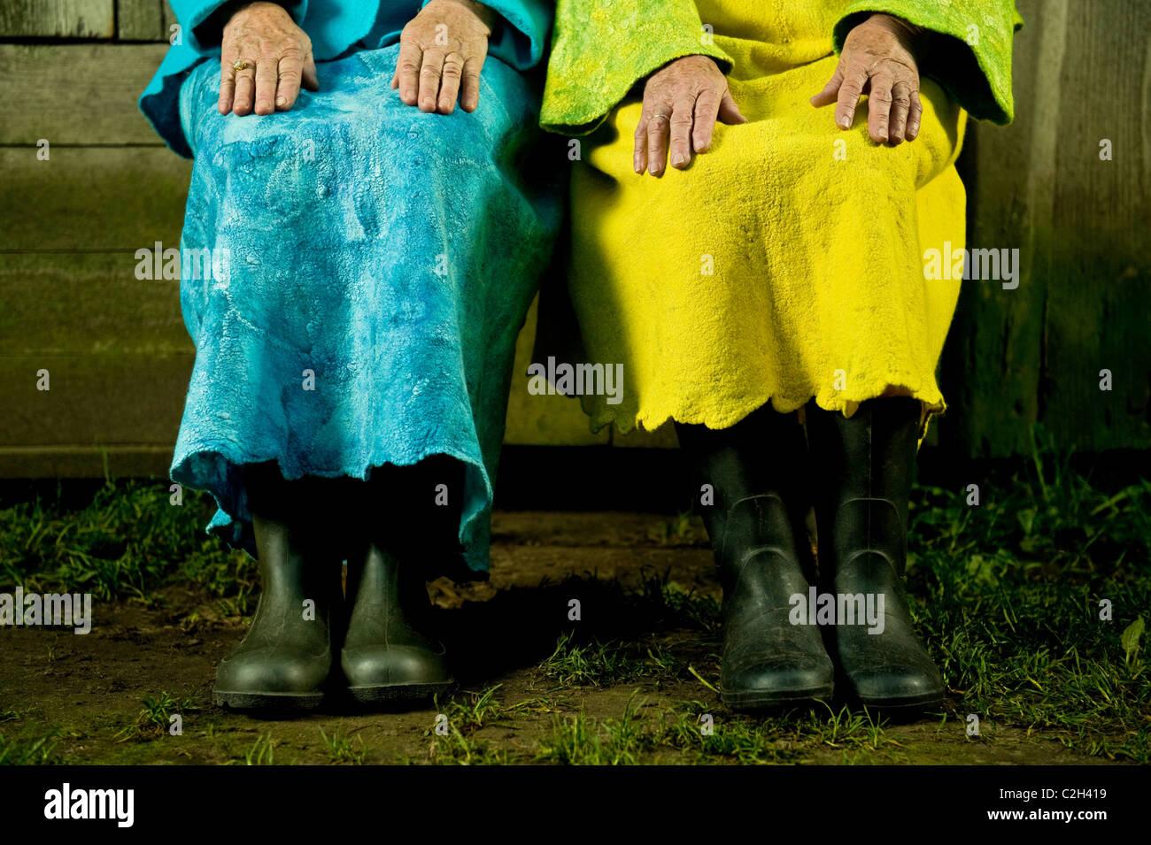 Senior donne eleganti sono condite con un feltro di graffettatura. Senior donne mature le mani. Immagini Stock