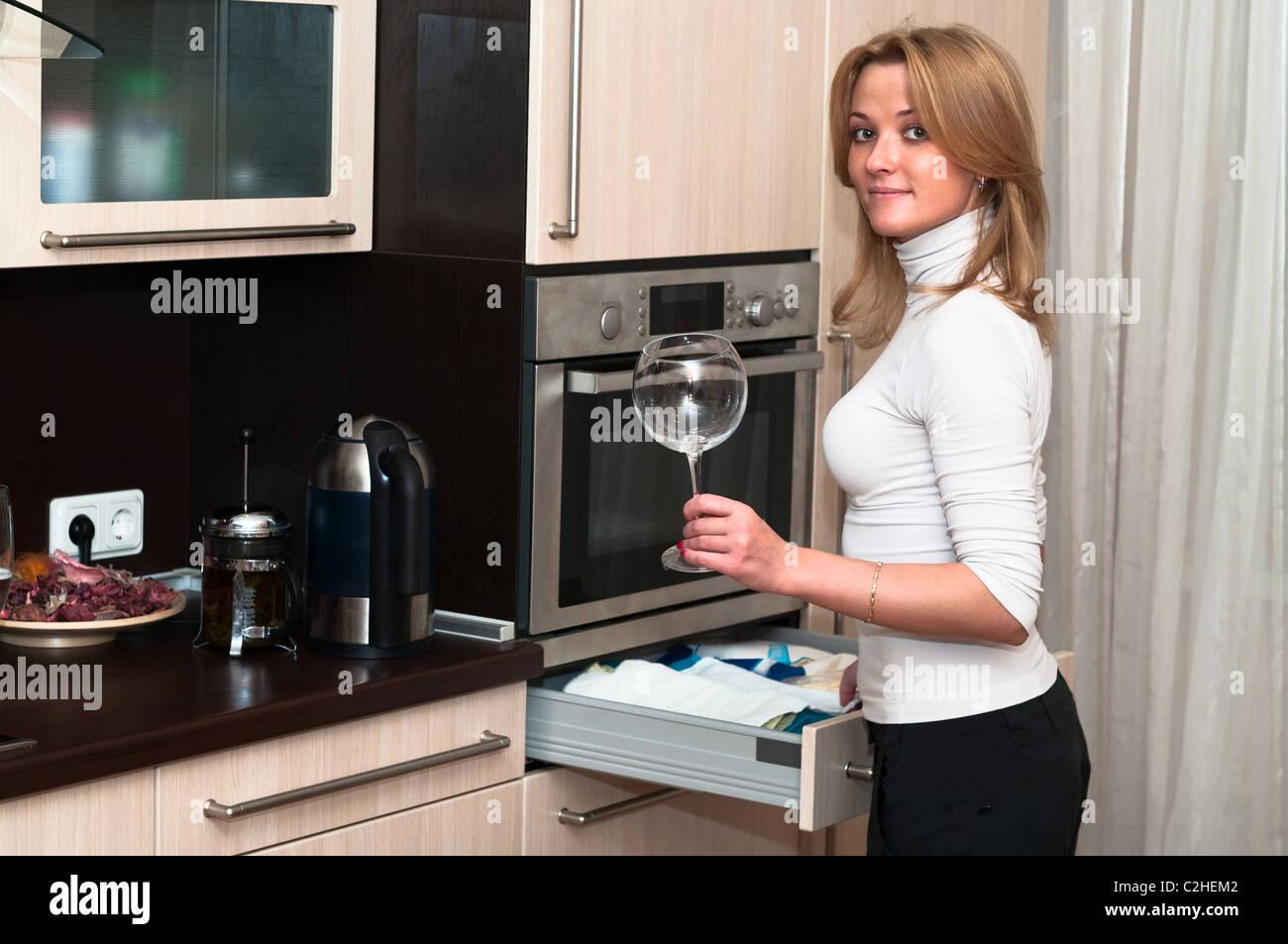 Bella sorridenti donna in cucina interna. Una sola persona Foto Stock