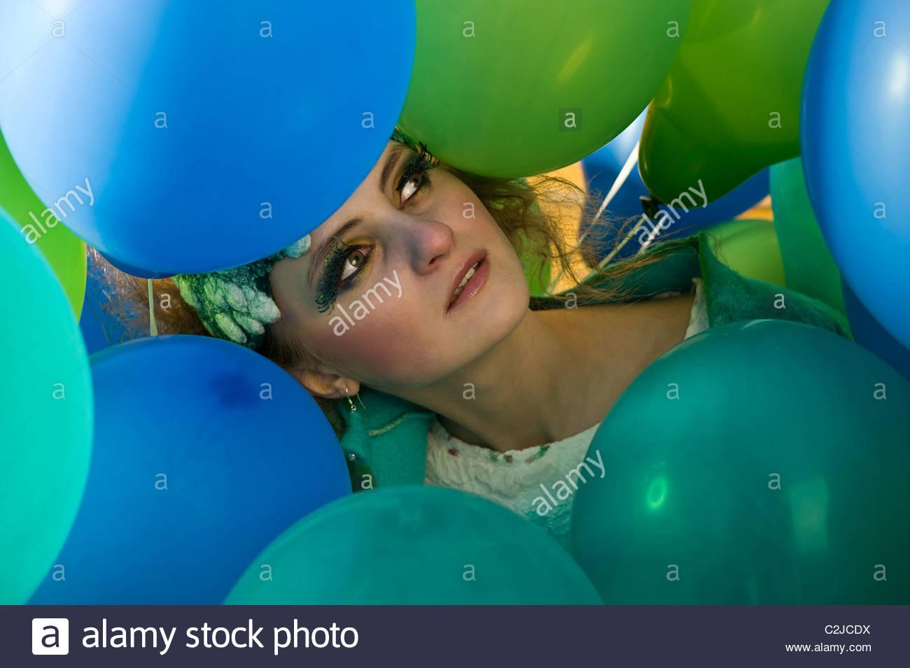 Ragazza giovane intorno i palloncini Immagini Stock