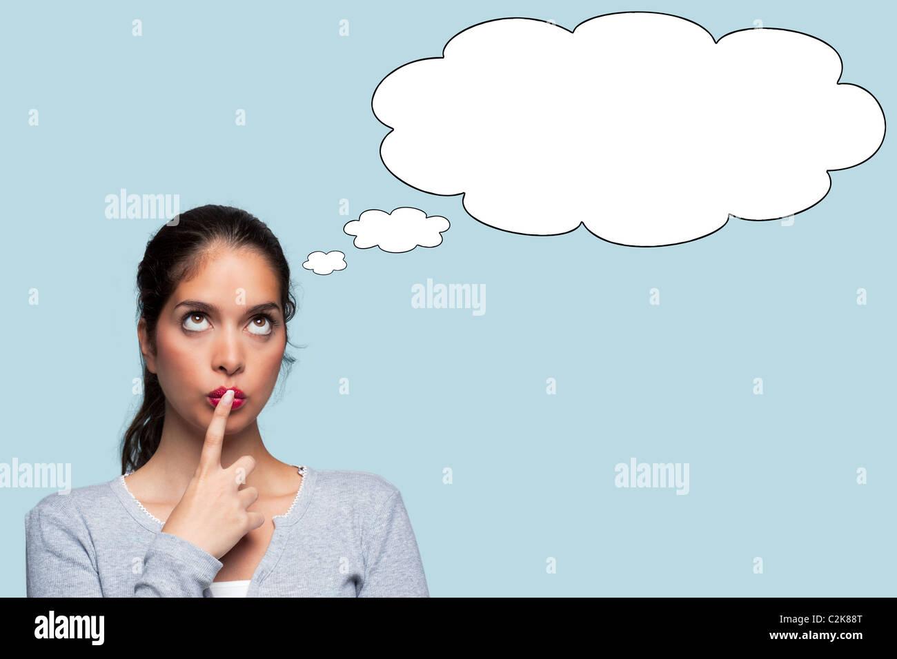 Foto di una donna con una espressione pensosa, bolle di pensiero per aggiungere il proprio testo o immagine. Immagini Stock