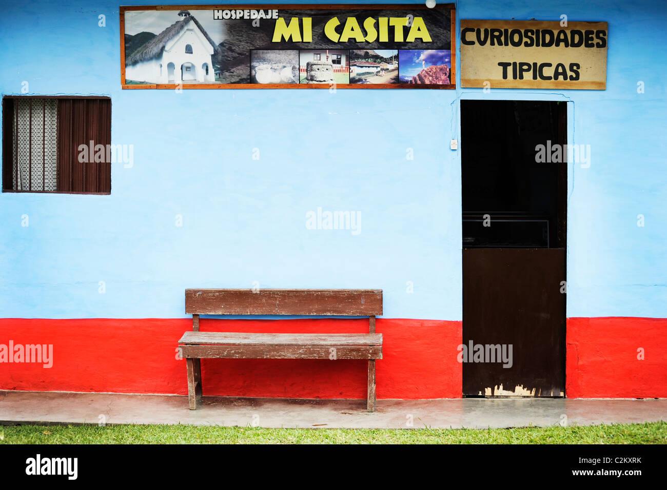 Close up dettaglio della parte anteriore di un ostello e il negozio in Tierra dentro, Colombia meridionale Immagini Stock