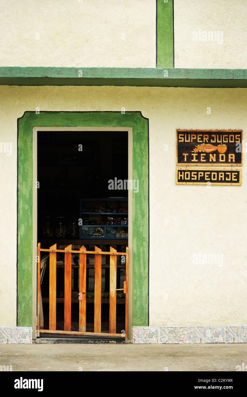 Close up dettaglio della parte anteriore di un ostello e ie shop n Tierra dentro, Colombia meridionale Immagini Stock