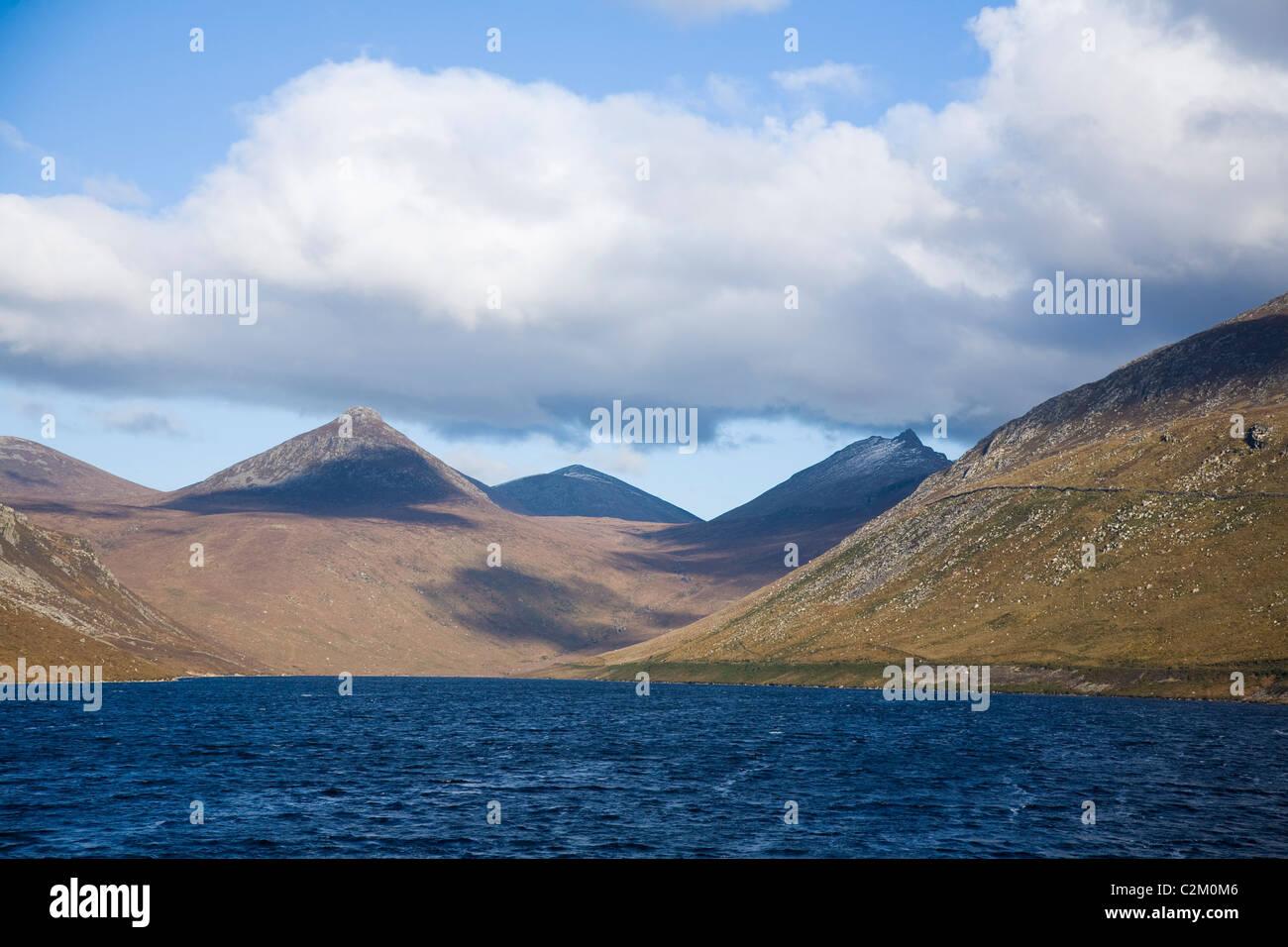 Vista nord lungo la Valle silenziosa serbatoio, Mourne Mountains, County Down, Irlanda del Nord. Immagini Stock