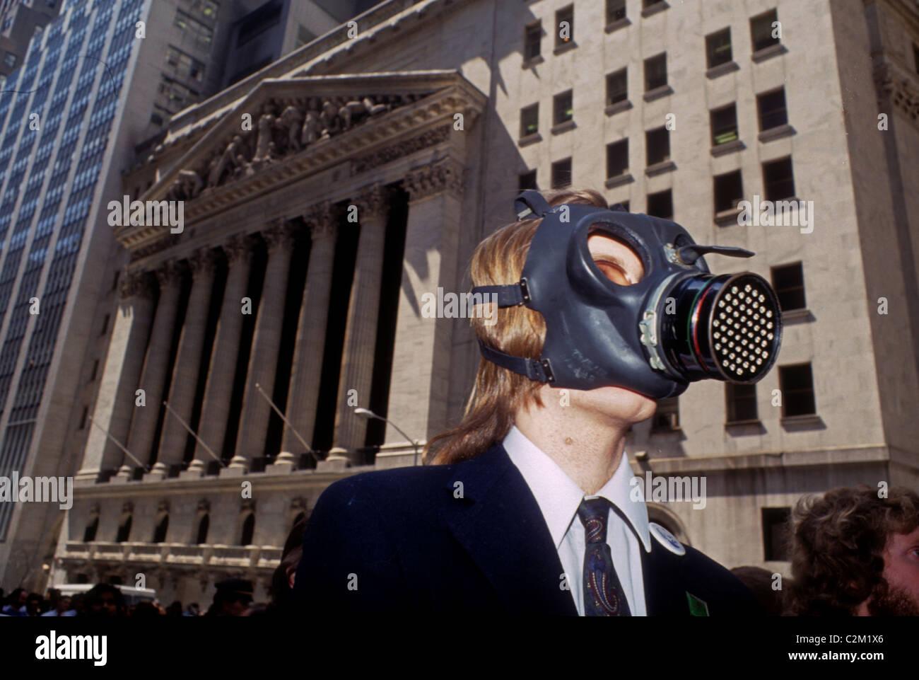 Gli attivisti ambientali protesta dello stato del pianeta a Wall Street a New York nel mese di aprile 1990. (© Immagini Stock
