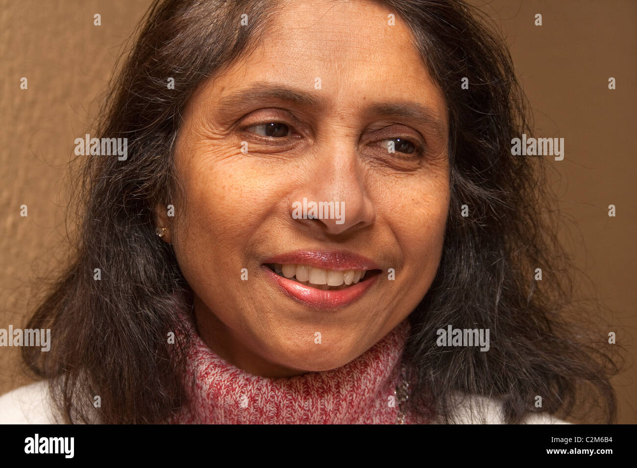 Bella East Indian donna sorridente età 55. St Paul Minnesota MN USA Immagini Stock