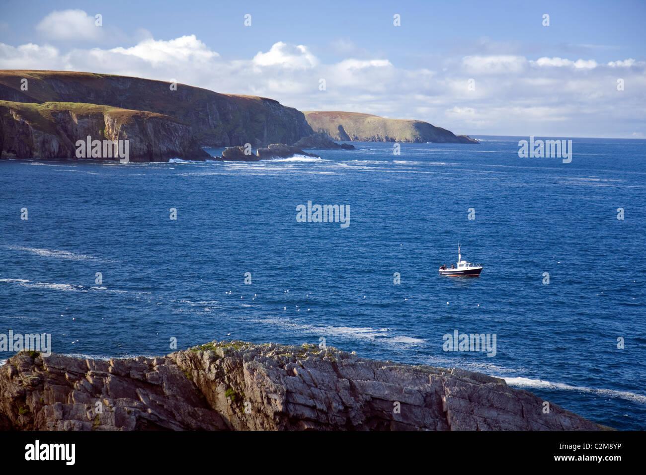 La pesca con lenza in mare barca vicino Erris Head, County Mayo, Irlanda. Immagini Stock