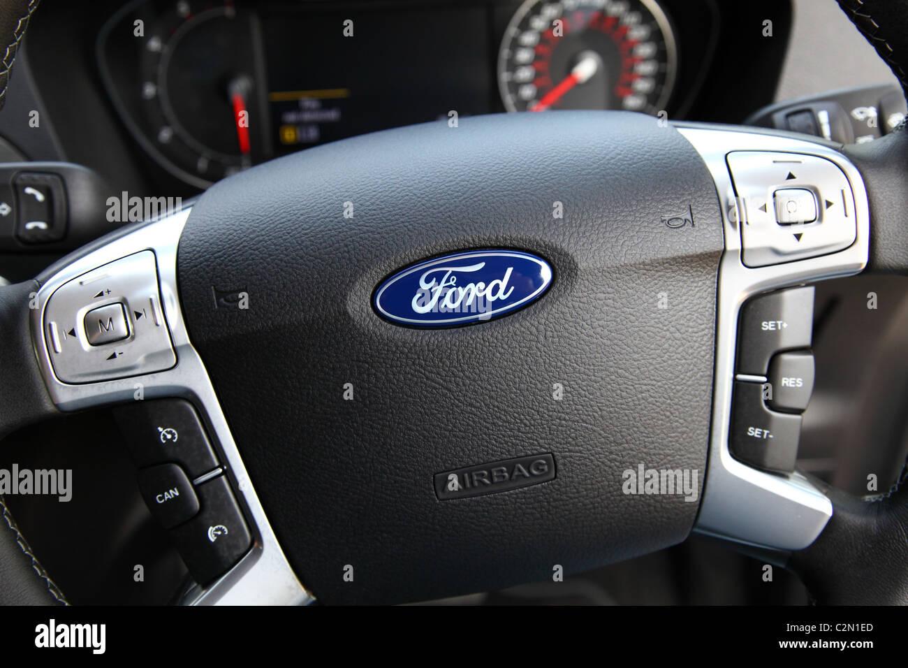 Una Ford Galaxy volante con airbag conducente. Immagini Stock