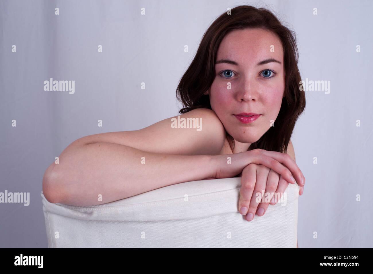 Ritratto di una giovane donna con grandi occhi blu e capelli lunghi Immagini Stock