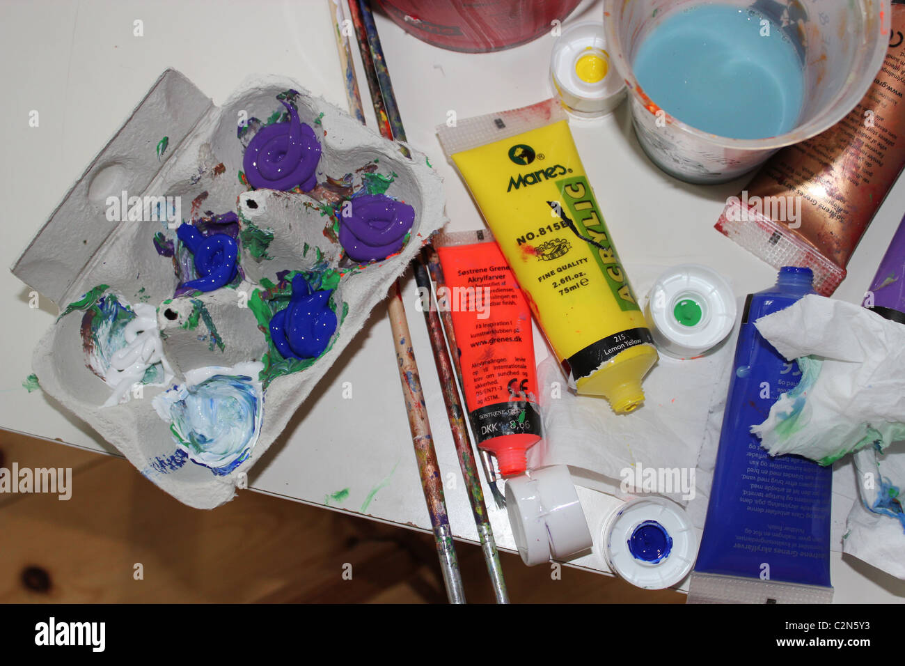 Vernici, pennelli e colori acrilici. Immagini Stock