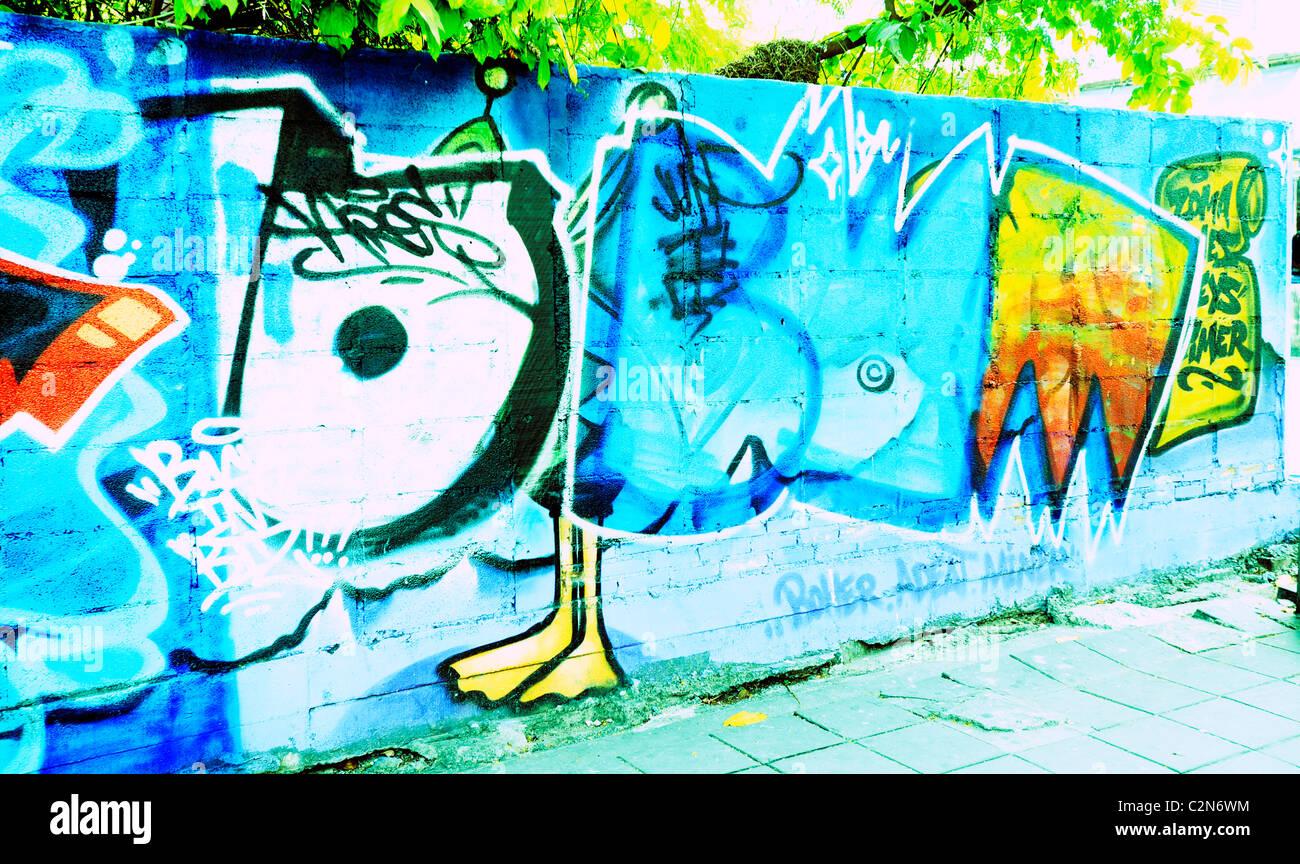 Graffiti sul muro, espressionismo e messaggistica sociale, strana e bizzarra arte, bangkok, Thailandia Immagini Stock