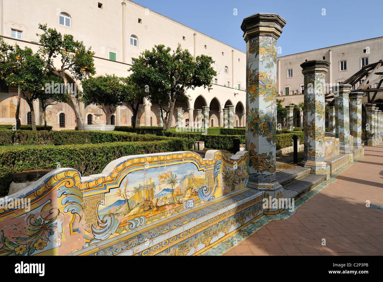 Napoli. L Italia. Chiostro della chiesa e convento di Santa Chiara ... ccdb18fe8690