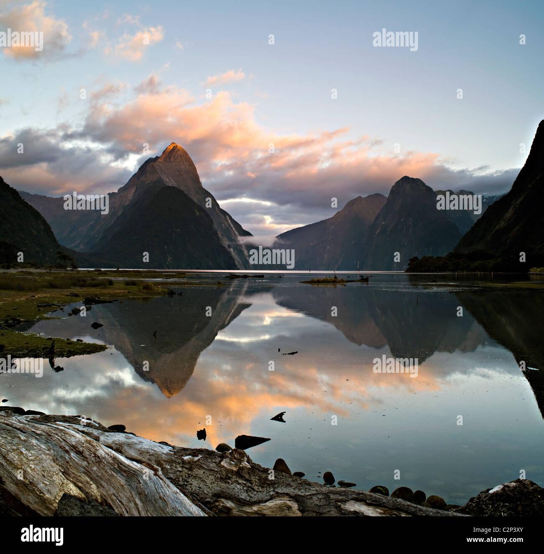 Mitre Peak,Milford Sound, Nuova Zelanda all'alba Immagini Stock