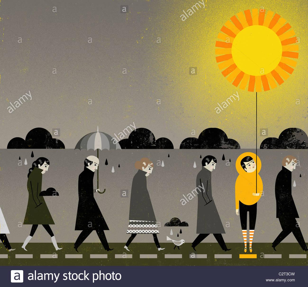 Le persone sotto la pioggia nuvole, una holding sun palloncino a forma di Immagini Stock