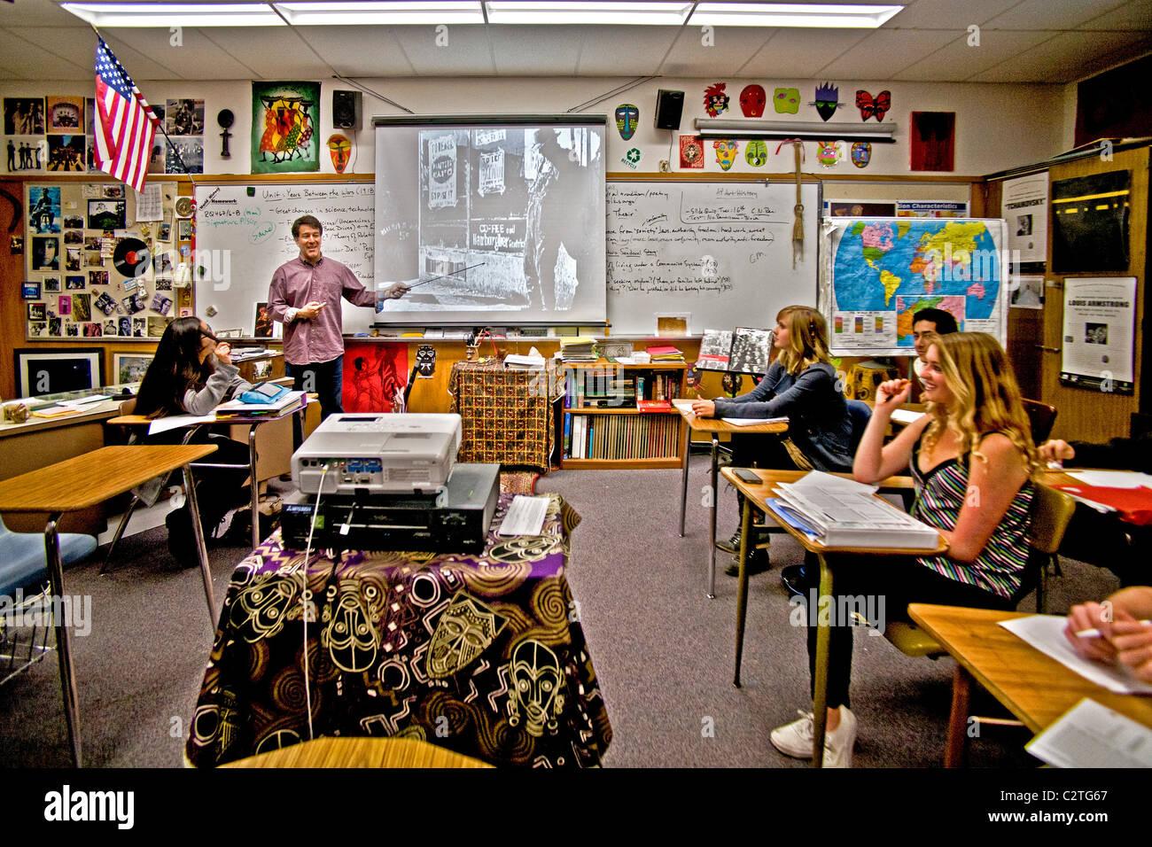 Un insegnante di storia utilizza un display a cristalli liquidi (LCD) proiettore quando parlando alla sua classe Immagini Stock