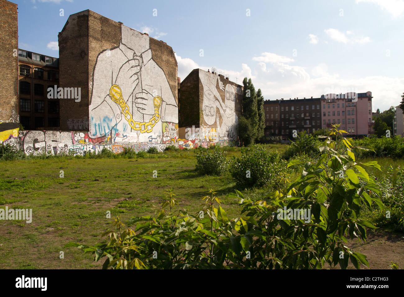 Streetart gigante murale di artista Blu a Kreuzberg Berlino Immagini Stock