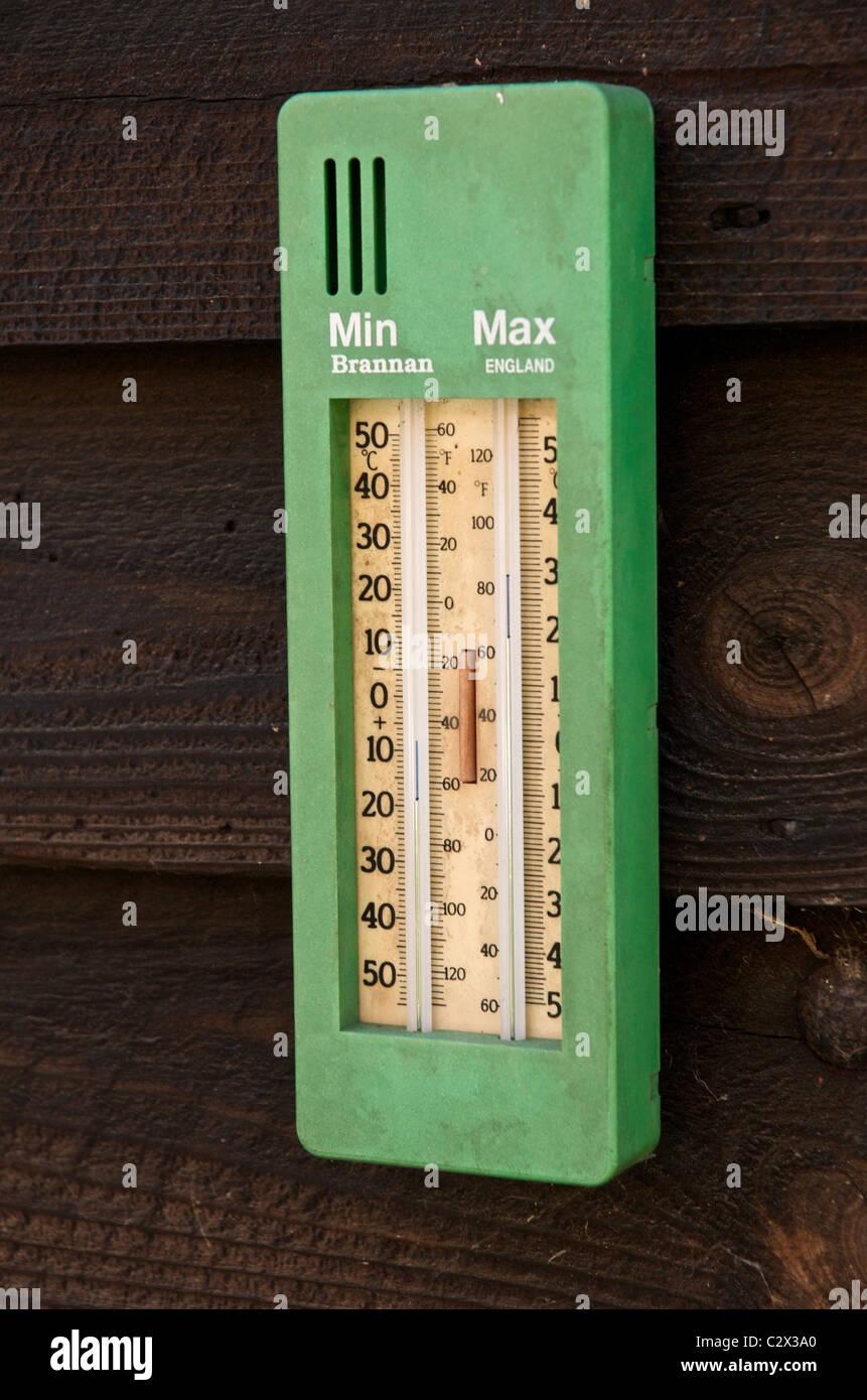 Un massimo minimo termometro su una Tettoia da giardino Immagini Stock