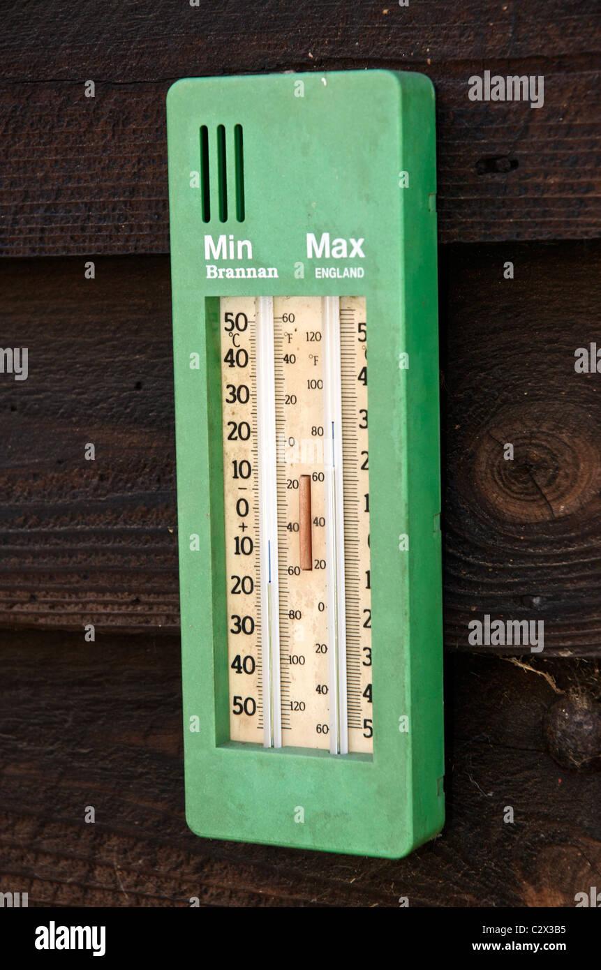 Un massimo minimo termometro su una Tettoia da giardino Foto Stock
