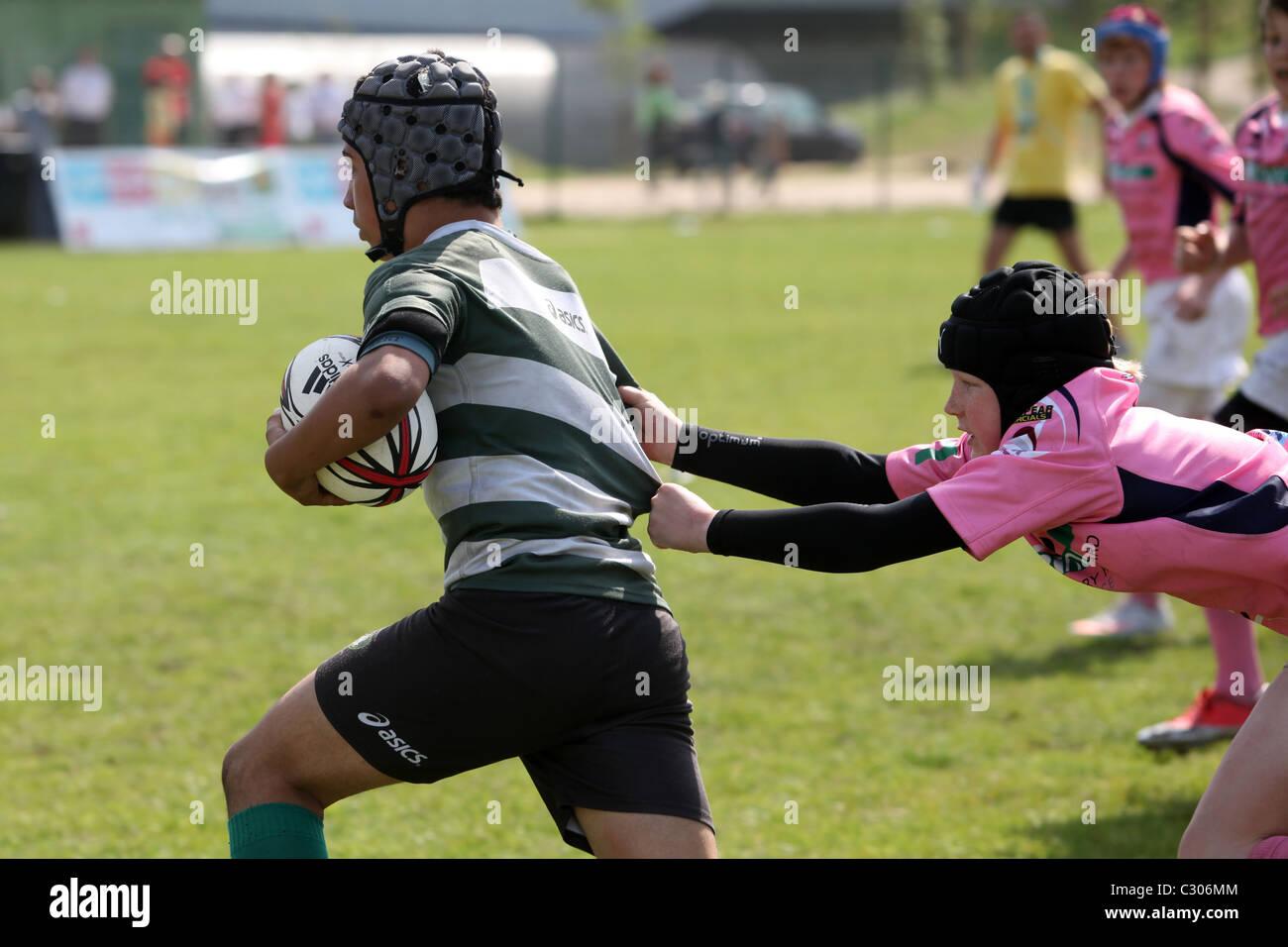 I ragazzi giocando a rugby presso il Portogallo Rugby Festival della Gioventù 2011, Lisbona. Immagini Stock