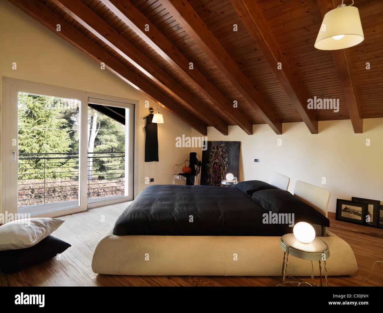 Moderna camera da letto in mansarda Foto & Immagine Stock ...