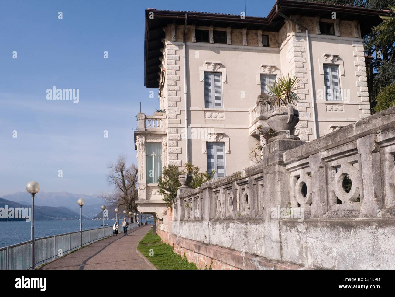 Stile liberty villa residenziale sulla riva del lago Ceresio o lago di lugano) a Porto Ceresio - Italia Immagini Stock