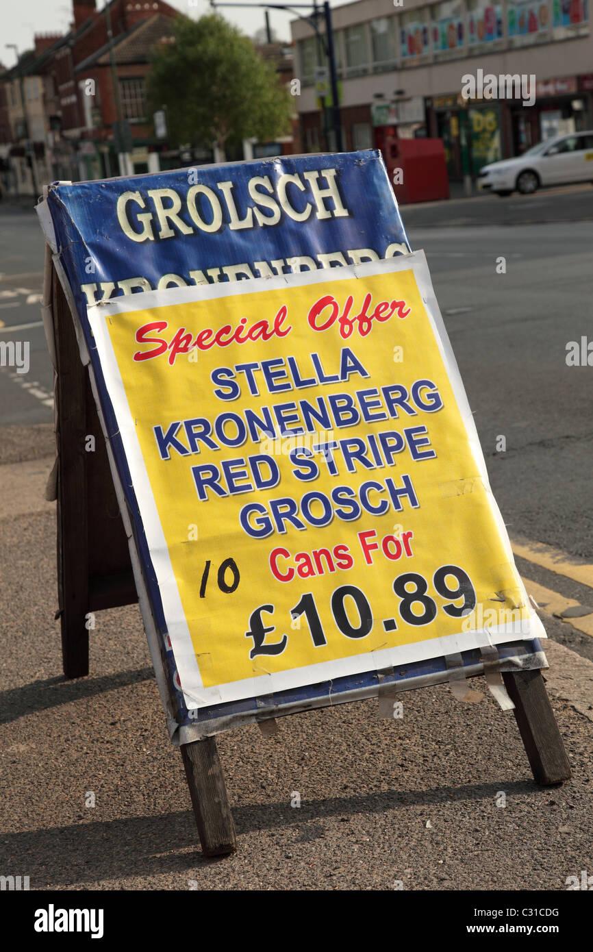 Una strada segno pubblicità alcolici a buon mercato nel Regno Unito Immagini Stock
