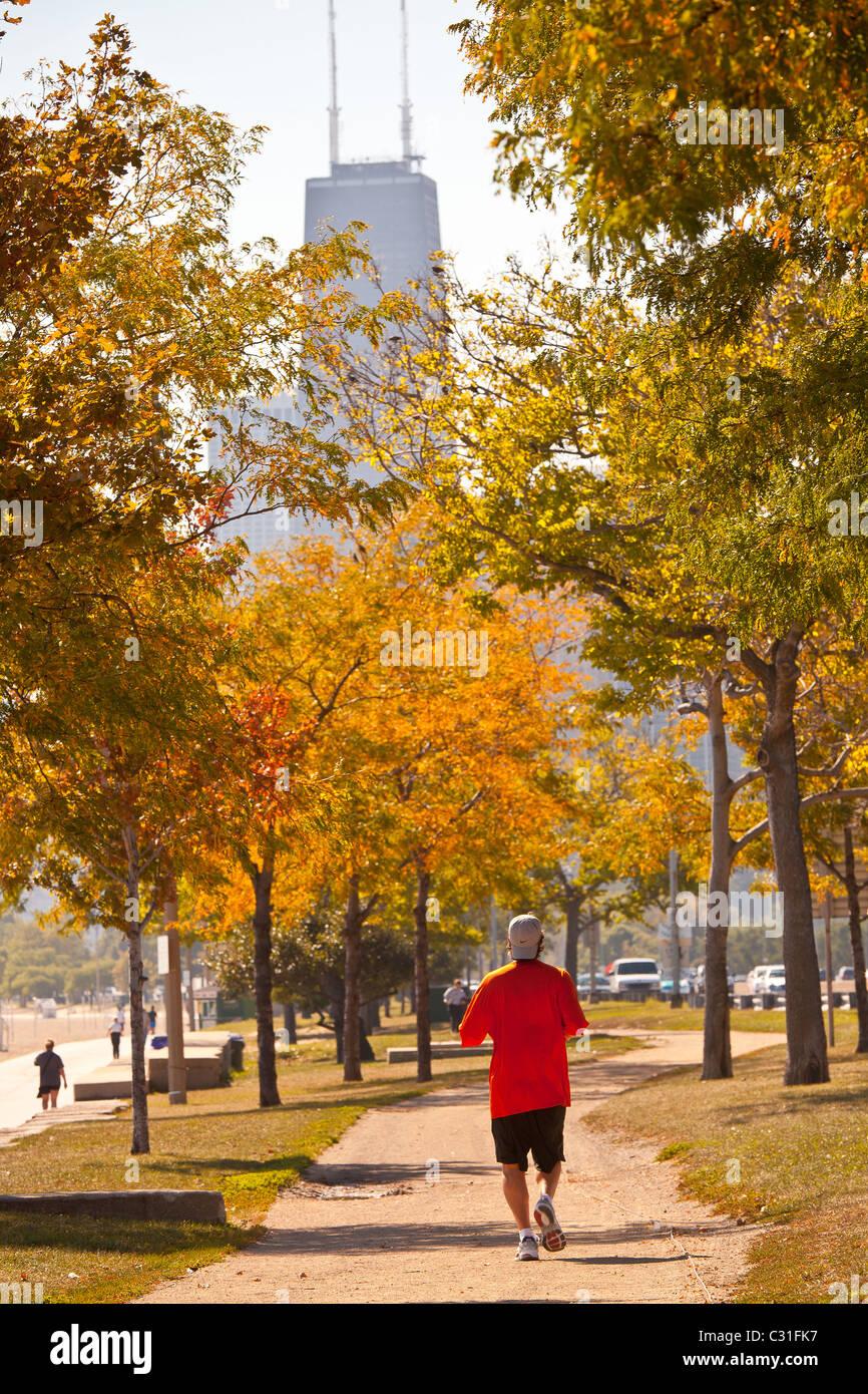 Jogging lungo il lago Michigan nel centro cittadino di Chicago, IL. Immagini Stock