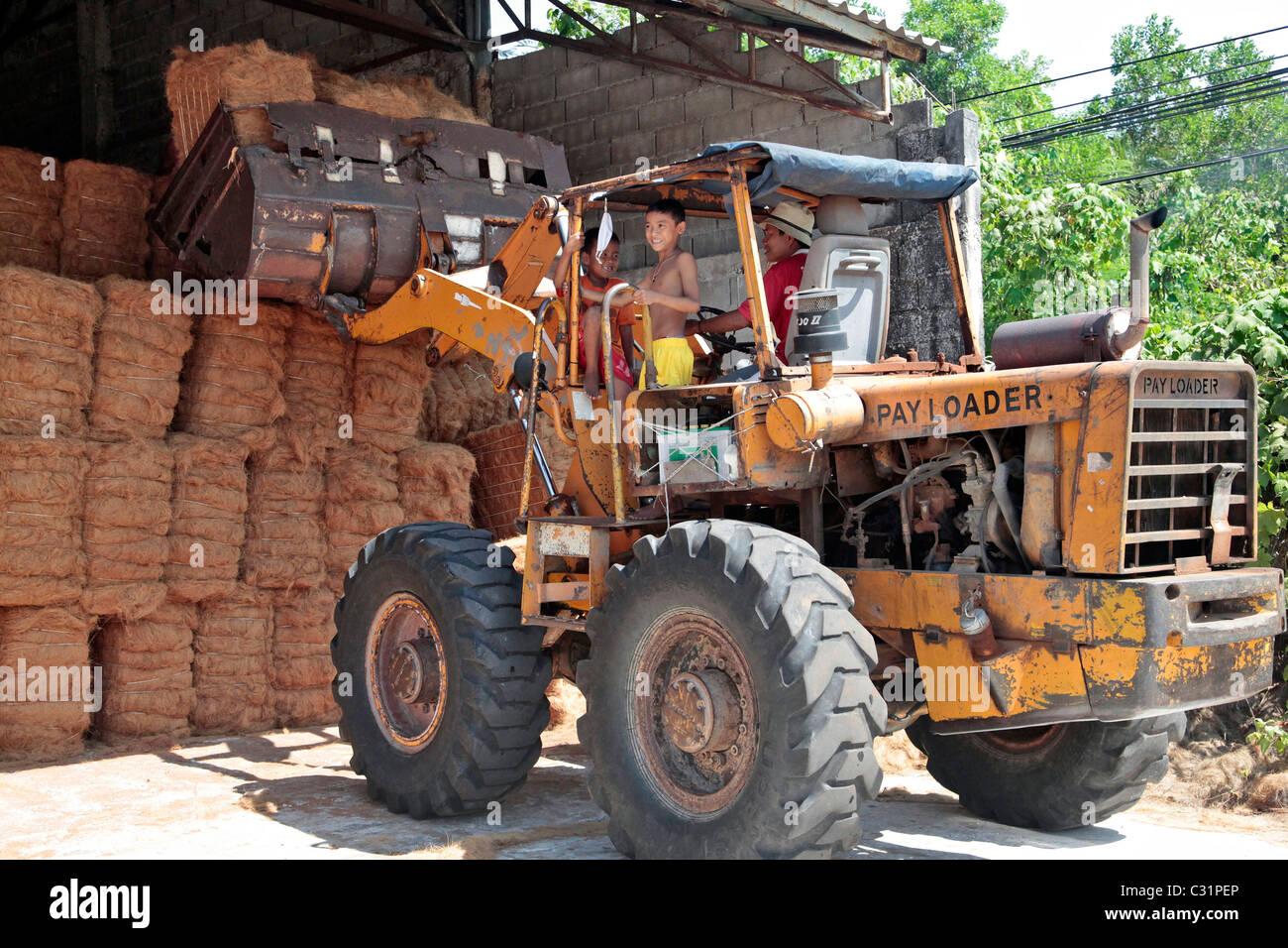 Memorizzando i bushel IN UN MAGAZZINO, produzione di le fibre di cocco utilizzate nella realizzazione di materassi, Immagini Stock