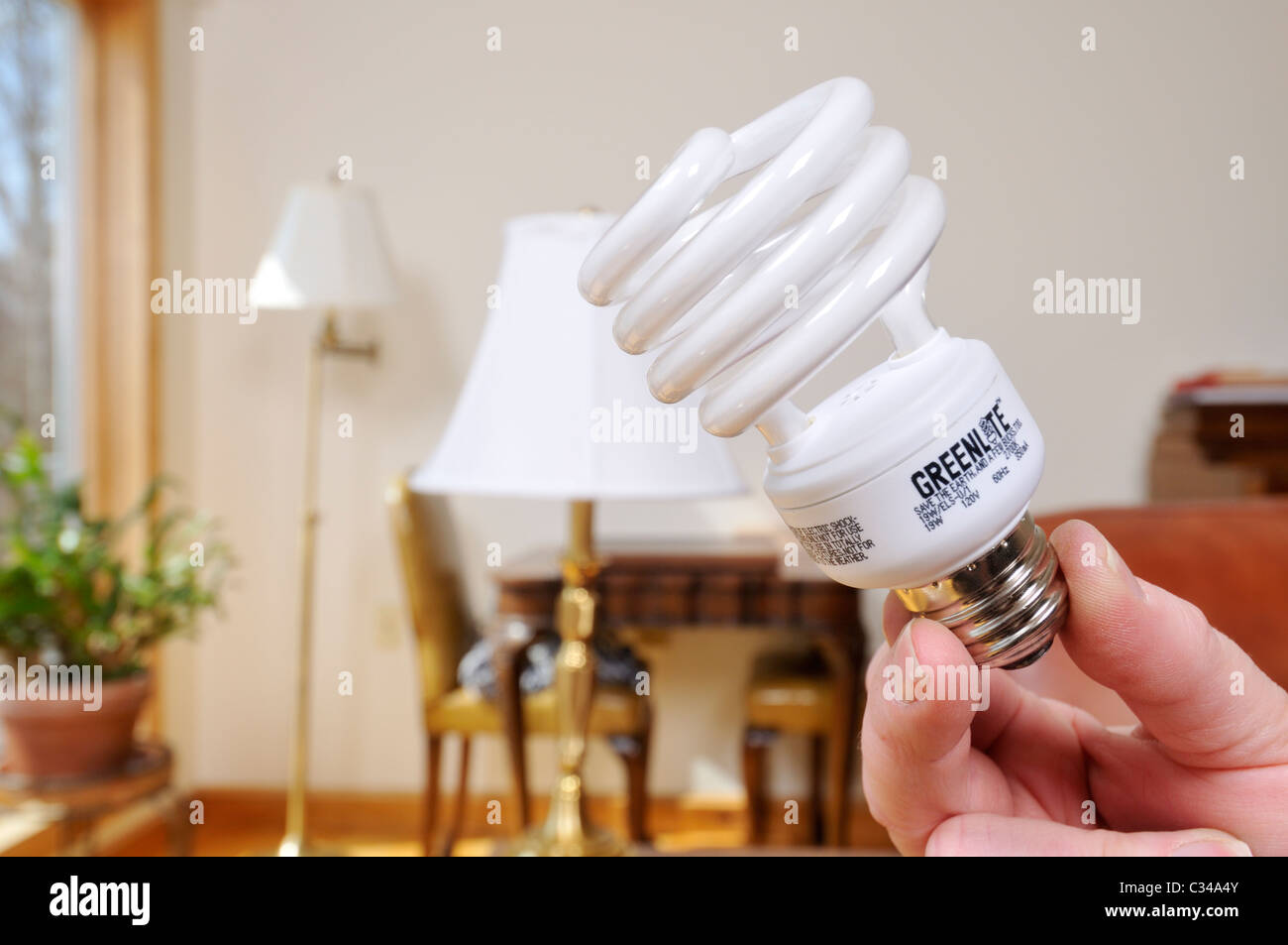 Cambiare le lampadine della luce in una lampada da una lampadina a